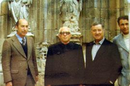 Pedro San Martín, a la izquierda, ante la catedral de Murcia, h. 1974
