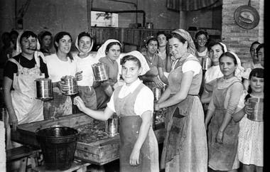 Mujeres en una fábrica de conservas. Cehegín, años 60
